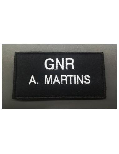 Nome bordado G.N.R. para casaco